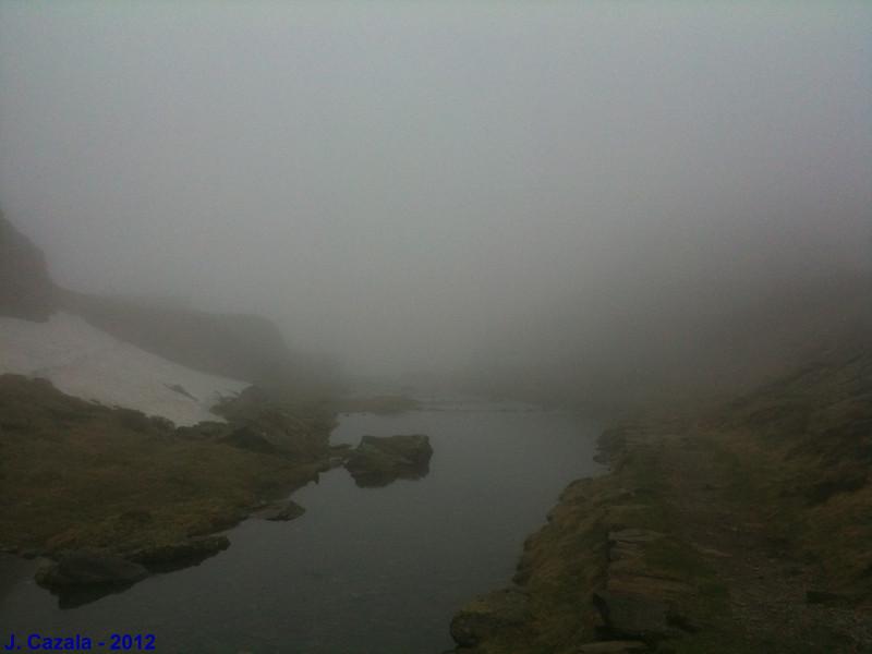 Le lac Bleu dans le brouillard
