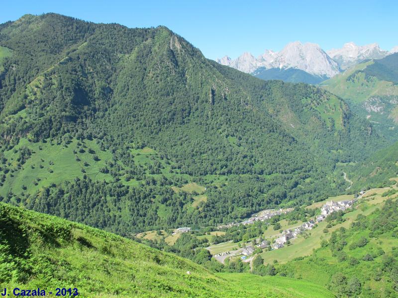 Le village de Cette-Eygun depuis le sentier