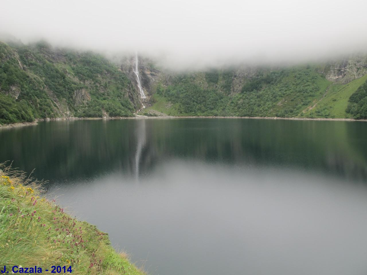 Le célèbre lac d'Oô et sa cascade