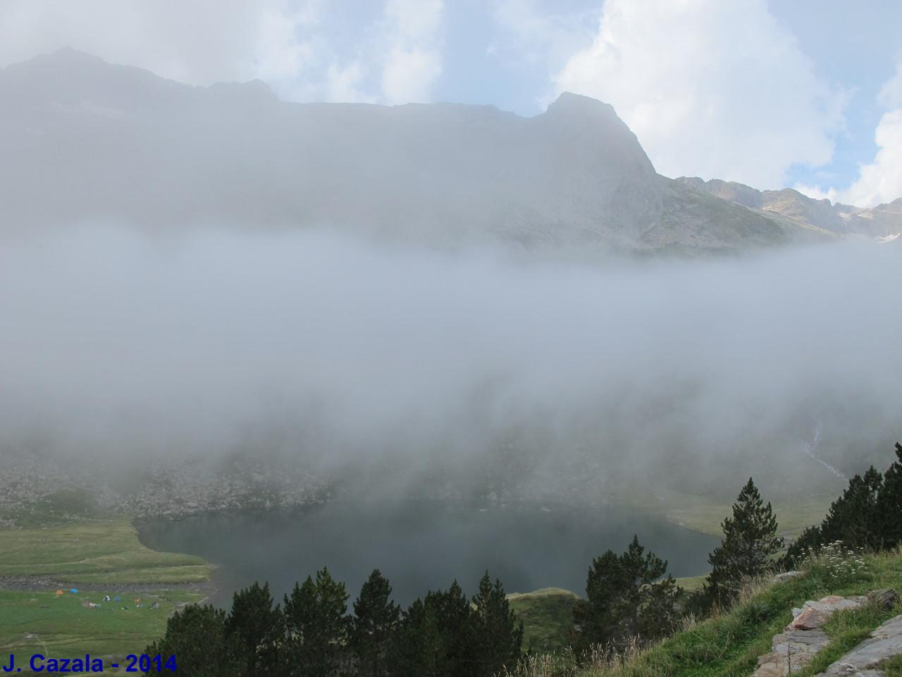 Le cirque et le lac d'Espingo se devient à travers la brume