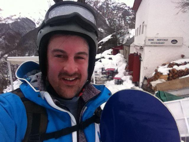 Descente en snowboard depuis l'hôtellerie