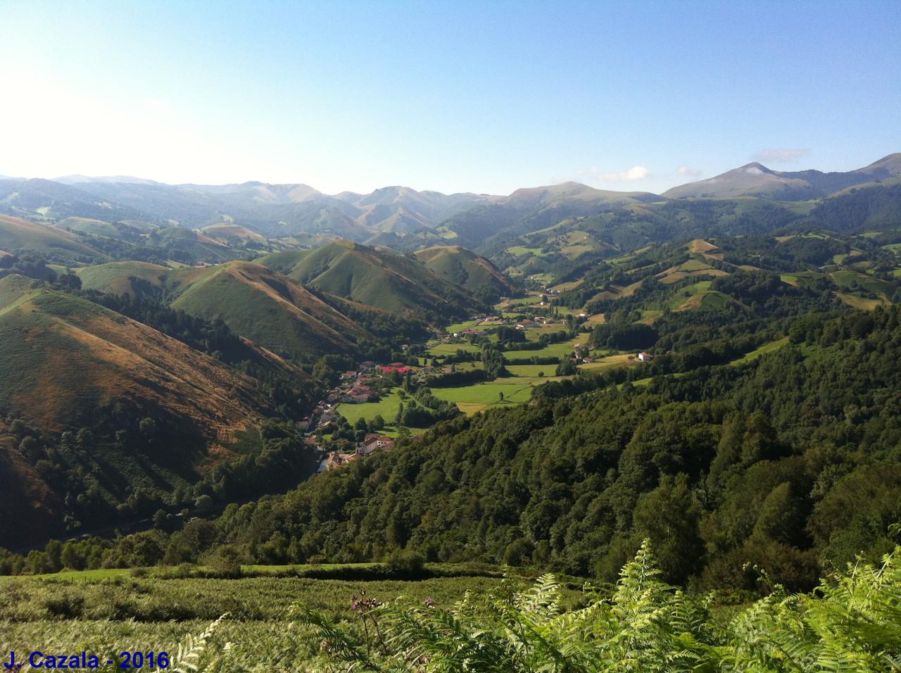 Vue sur la vallée des Aldudes depuis la randonnée